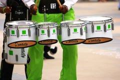 Garçon de l'adolescence jouant les tambours de marche image stock
