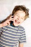 Garçon de l'adolescence parlant sur le téléphone portable Photographie stock