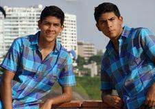 Garçon de l'adolescence posant en tant que frères jumeaux photos libres de droits