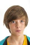 Garçon de l'adolescence souriant d'un air affecté dans l'appareil-photo Image stock