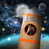 Garçon de l'espace feignant pour être astronaute Images libres de droits