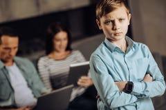 Garçon de la préadolescence étant triste au sujet du manque d'attention de parents image stock