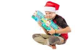 Garçon de la préadolescence avec un cadeau de Noël photographie stock libre de droits