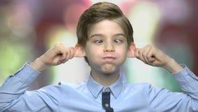 Garçon de la préadolescence faisant le visage de singe banque de vidéos