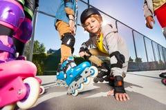 Garçon de la préadolescence sur des patins de rouleau au stade extérieur Photographie stock libre de droits