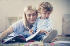 Garçon de mère et d'enfant en bas âge passant le temps ensemble Photos libres de droits