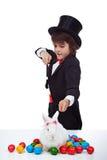 Garçon de magicien faisant un tour de Pâques image libre de droits