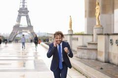Garçon de mulâtre parlant avec l'amie par le téléphone près d'Eiffel Towe Photographie stock libre de droits
