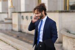 Garçon de mulâtre parlant avec l'amie par le téléphone près d'Eiffel Towe Photos libres de droits