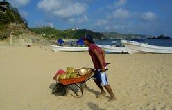 Garçon de noix de coco, plage mexicaine Photo stock