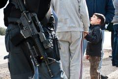 Garçon de Palestinan et dispositif protecteur israélien Photo libre de droits