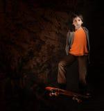 Garçon de patineur avec une assiette fraîche. Type grunge Photographie stock libre de droits