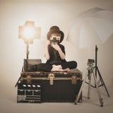 Garçon de photographie de Vinatge avec le vieux appareil-photo et lumières Photo libre de droits