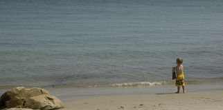 Garçon de plage image stock