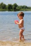 garçon de plage peu jouant Photo libre de droits