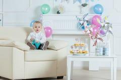 Garçon de portrait avec le gâteau d'anniversaire Image stock