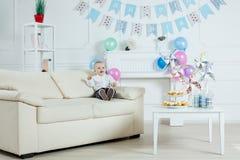 Garçon de portrait avec le gâteau d'anniversaire Photographie stock