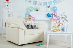 Garçon de portrait avec le gâteau d'anniversaire Photo stock