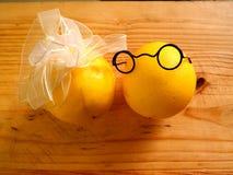 Garçon de quelques citrons dans des verres foncés et une fille Photos stock