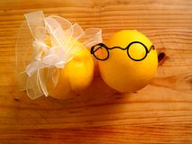 Garçon de quelques citrons dans des verres foncés et une fille Image stock