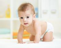 Garçon de rampement mignon d'enfant à la maison image libre de droits