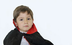 Garçon de Serius avec un costume de vampire dans Halloween Photographie stock