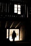 Garçon de silhouette de grange Photos stock