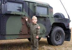 Garçon de soldat et camion d'armée Photo stock