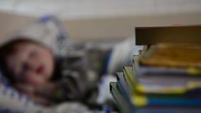 Garçon de sommeil dans le bâti banque de vidéos