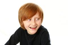 Garçon de sourire avec des accolades regardant au côté Photo libre de droits