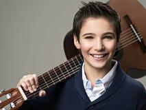 Garçon de sourire avec la guitare Images libres de droits