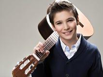 Garçon de sourire avec la guitare Photos libres de droits
