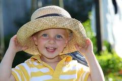 Garçon de sourire avec le chapeau de paille image libre de droits