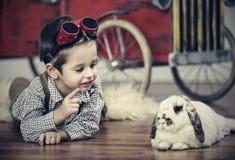 Garçon de sourire avec le lapin blanc Image stock
