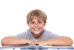 Garçon de sourire avec le livre images libres de droits