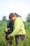 Garçon de sourire d'adolescent avec des chevaux à la zone Photographie stock