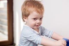 Garçon de sourire d'enfant à sa maison Images stock