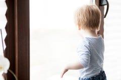 Garçon de sourire d'enfant à sa maison Images libres de droits