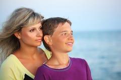 Garçon de sourire et jeune femme sur la plage en soirée Image stock