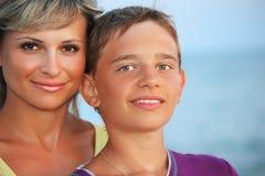 Garçon de sourire et jeune femme sur la plage en soirée Photographie stock
