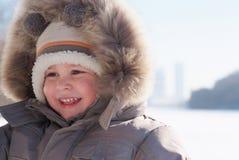 Garçon de sourire heureux dans des vêtements de l'hiver Photo libre de droits
