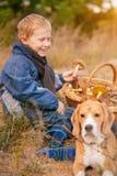 Garçon de sourire heureux sur la clairière de forêt d'automne Photographie stock libre de droits