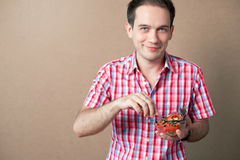 Garçon de sourire mangeant de la salade fraîche de vegan Images libres de droits