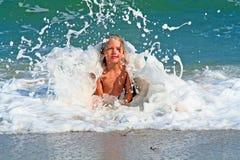 Garçon de vague déferlante Image stock
