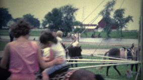garçon (de vintage de 8mm) sur le tour ancien de cheval banque de vidéos