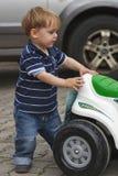 Garçon derrière la moto de jouet Photographie stock libre de droits