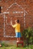 Garçon dessinant une maison Photo libre de droits