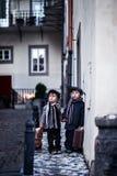 Garçon deux adorable, habillé dans le style de vintage au centre de la ville Photos stock