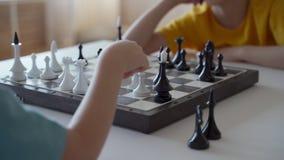 Garçon deux jouant aux échecs dans la chambre légère Deux frères jouant aux échecs clips vidéos