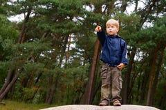 Garçon dirigeant le doigt Image libre de droits